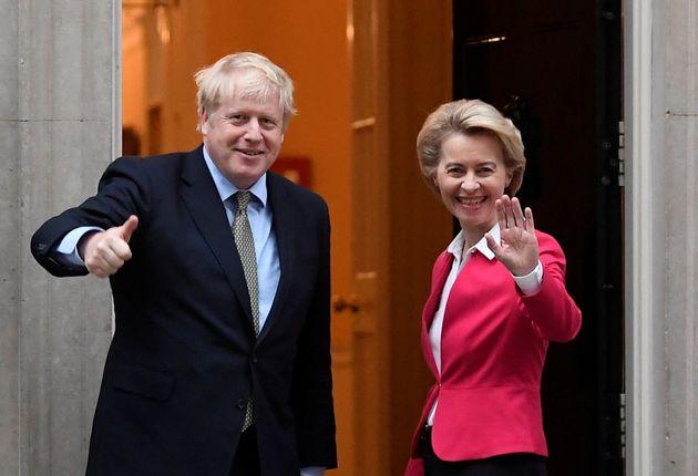 El primer ministro de Reino Unido, Boris Johnson, y la presidenta de la Comisión Europea, Ursula...