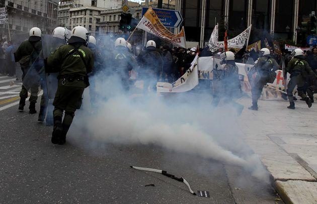 Η Αντιτρομοκρατική συνέλαβε τον «τοξοβόλο του Συντάγματος» και δύο
