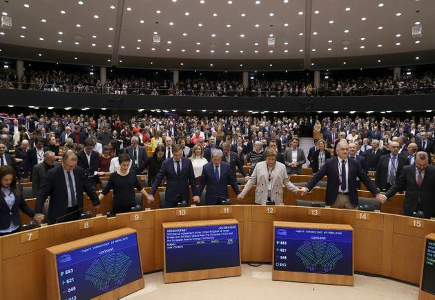Μέλη του Ευρωπαϊκού Κοινοβουλίου τραγουδούν σε μια συγκινητική στιγμή έπειτα από την επικύρωση της συμφωνίας αποχώρησης της Βρετανίας από την ΕΕ