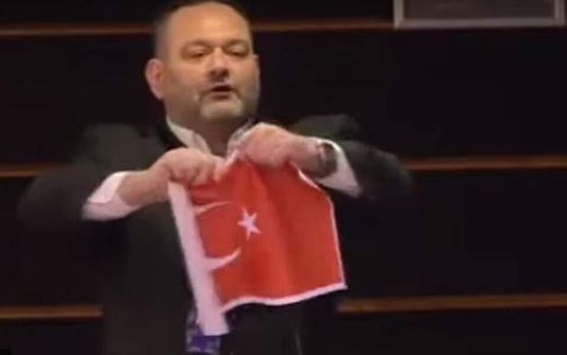 Αθήνα και Αγκυρα καταδικάζουν το σκίσιμο της τουρκικής σημαίας από τον