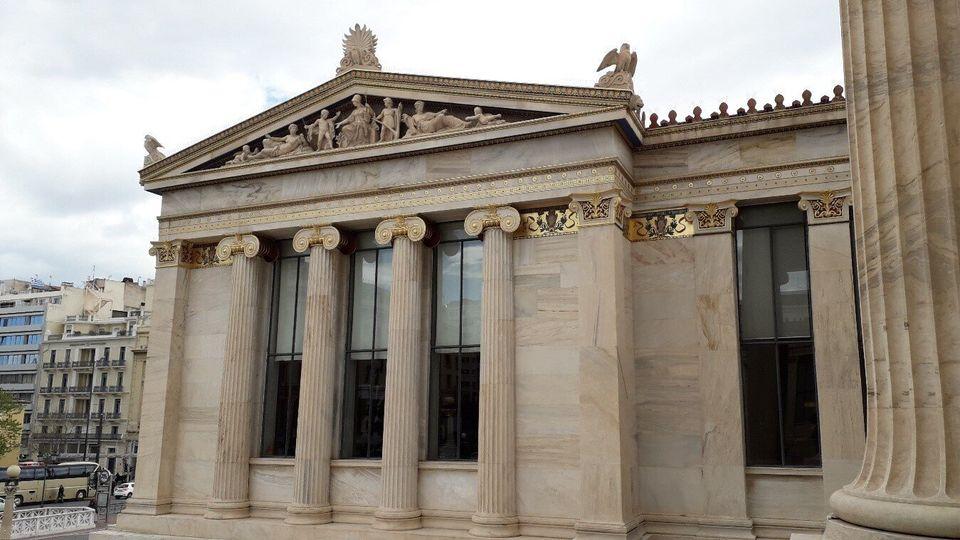 Η πλούσια σε διάκοσμο όψη της Ακαδημίας Αθηνών, αριστερά της κεντρικής