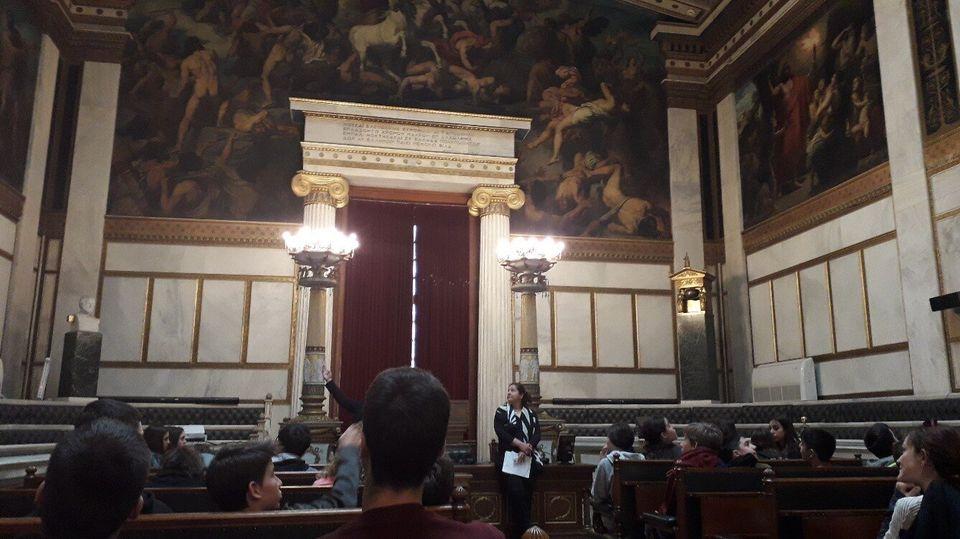 Η Αίθουσα τις Ολομέλειας, με τα έδρανα και τον εξαιρετικό ζωγραφικό διάκοσμο. Στα δεξιά διακρίνεται η...