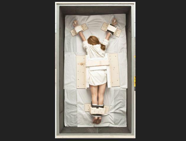 La crocifissione femminile di Cattelan all'asta da Sotheby's: stimata tra 600 e 800mila