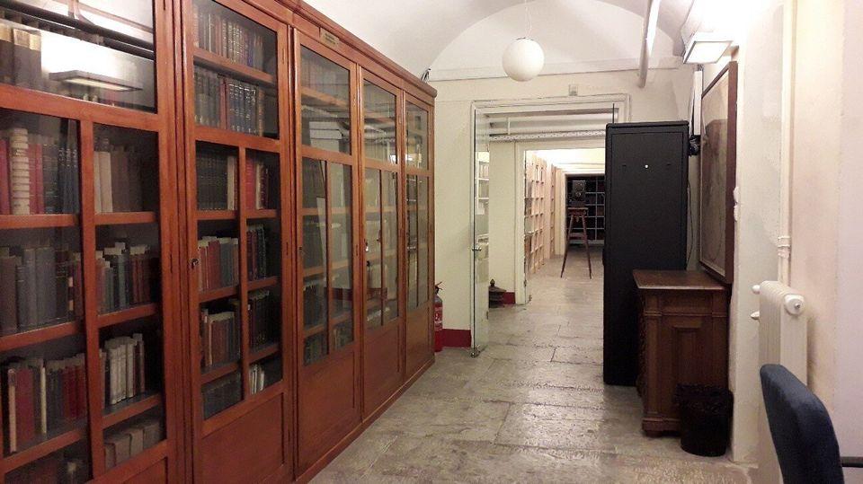 Τα βιβλιοστάσια της Βιβλιοθήκης της Ακαδημίας Αθηνών με τις πολύτιμες συλλογές