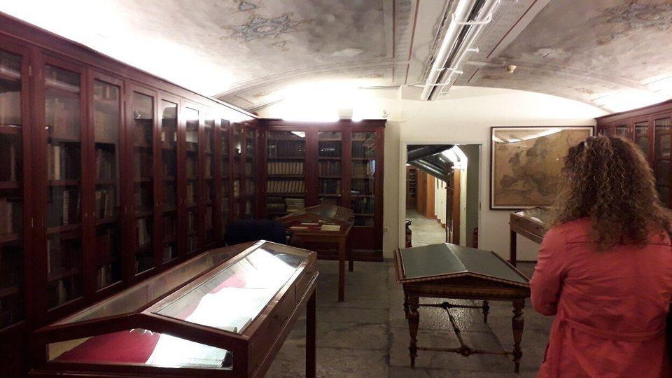Τα βιβλιοστάσια της Βιβλιοθήκης της Ακαδημίας Αθηνών. Στο κέντρο του χώρου οι προθήκες με τα βιβλία που...