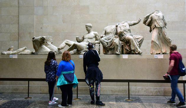 6 Σεπτεμβρίου 2019. Λονδίνο: Επισκέπτες του βρετανικού μουσείου μπροστά στα γλυπτά το Παρθενώνα. Αυτά τα Μάρμαρα είναι γνωστά ως Μάρμαρα του Έλγιν και η Ελλάδα τα διεκδικεί επί δεκαετίες. Ο Έλγιν τα άρπαξε από την Αθήνα στις αρχές του 19ου αιώνα και τα πούλησε στο βρετανικό μουσείο το 1817. Photo: Waltraud Grubitzsch/dpa-Zentralbild/ZB (Photo by Waltraud Grubitzsch/picture alliance via Getty Images)