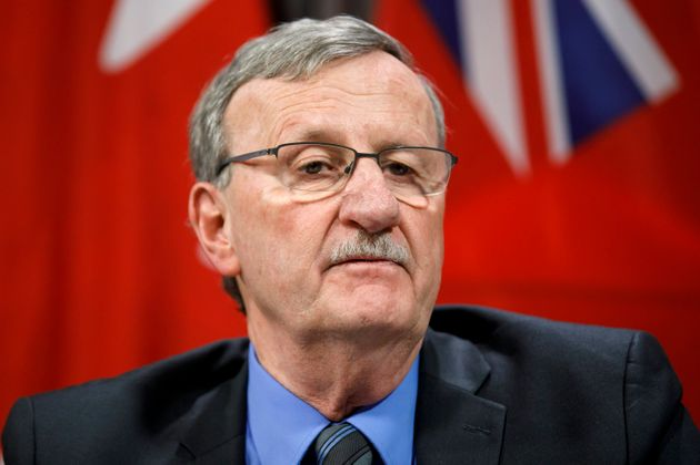 オンタリオ州の最高医療責任者であるデイビッド・ウィリアムズ博士は、記者会見で記者の質問に耳を傾けます...