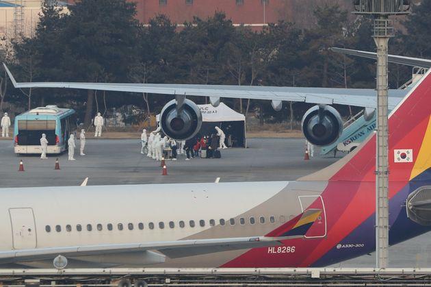 우한 교민 368명 태운 정부 전세기가 김포공항에 도착하는 순간