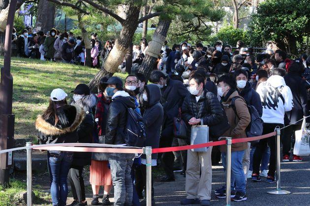 沢尻エリカ被告の初公判の傍聴券を求めて並ぶ人たち=1月31日午前、東京都千代田区の日比谷公園