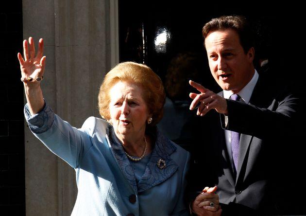 David Cameron recibe a Margaret Thatcher, el 8 de junio de 2010, en Downing