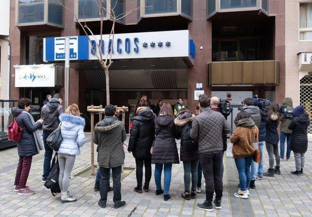 Varios periodistas a la entrada del hotel de Logroño donde apareció el cuerpo de la