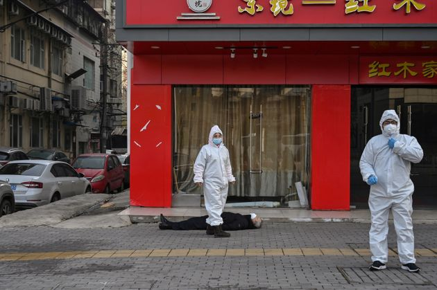 Á Wuhan, berceau du coronavirus, un homme s'est effondré en pleine