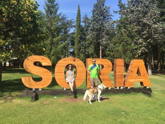 Candy, con su novio Fernando y su perro Koda, en