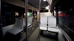 Lascia il posto sul bus a un'anziana: