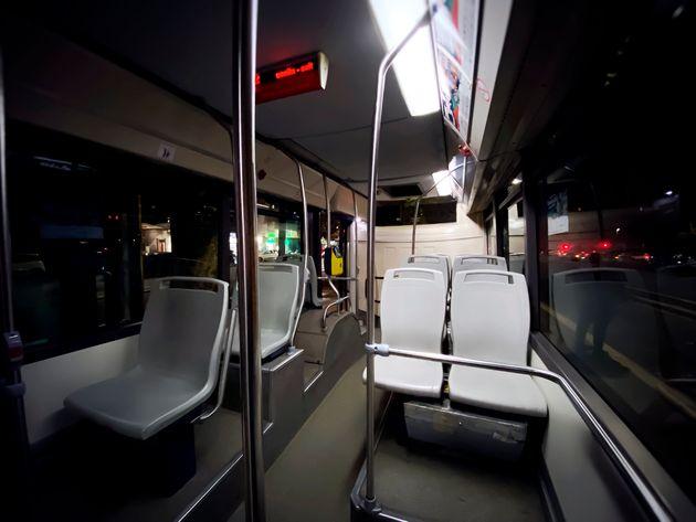 Lascia il posto sul bus a un'anziana a Lecco: