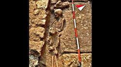 Stretti in un abbraccio lungo secoli: scoperti scheletri del Medioevo di mamma e figlio in