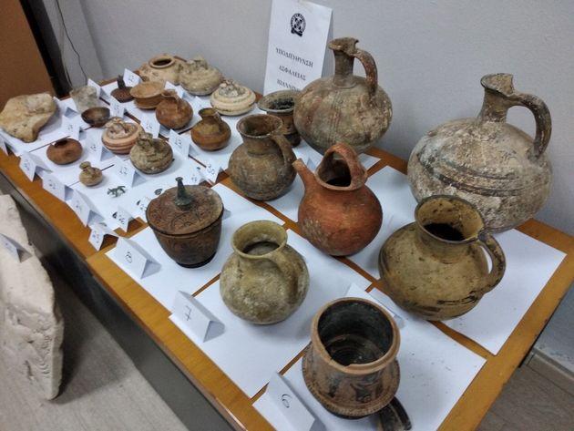 Συνελήφθη αρχαιοκάπηλος στην Κόρινθο – Ειδώλια και αρχαία νομίσματα στο χωράφι