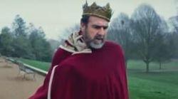 Eric Cantona boit du vin à la bouteille en peignoir pour le nouveau clip de Liam