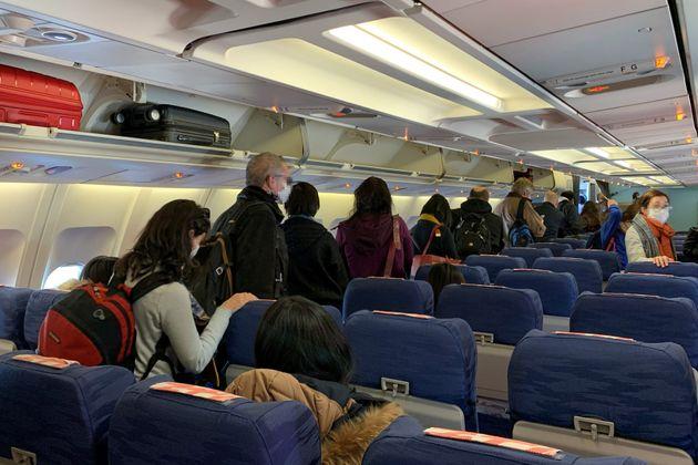 Les passagers s'apprêtant à débarquerde l'avion d'évacuation en provenance...