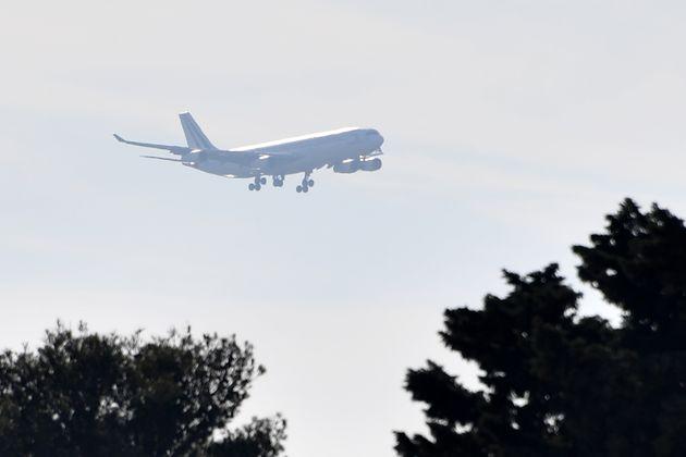 L'avion rapatriant les Français de Wuhan, avant son atterrissage à la base aérienne...