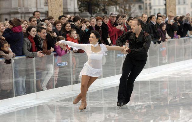 Le couple Sarah Abitbol et Stéphane Bernadis patinant à l'occasion de l'inauguration de...