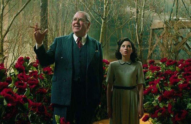 Richard Cordery como Louis B. Mayer e Darci Shaw como a jovem Judy Garland em cena de