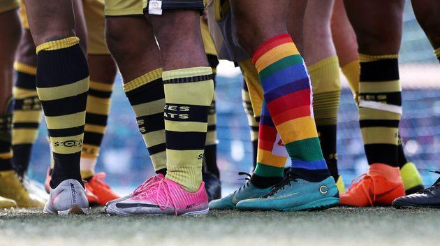 Jogadores dos times BeeCats e Afronte durante uma partida de futebol no Champions LiGay, um torneio de...