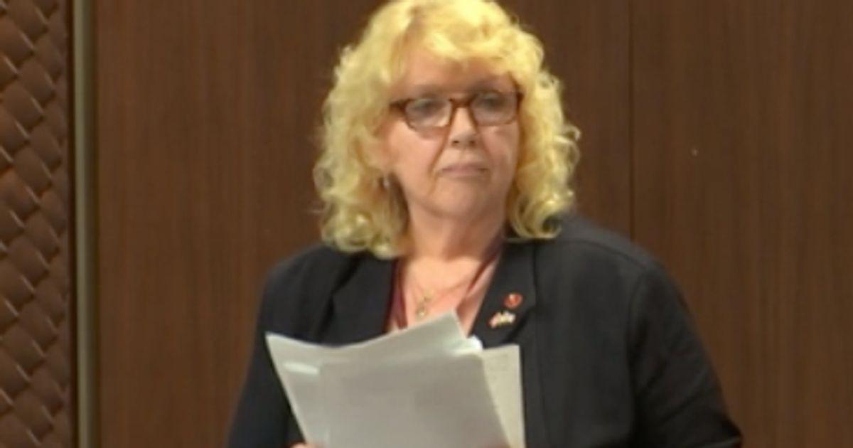 Lynn Beyakは有給で停止を続けるべきである:上院倫理委員会