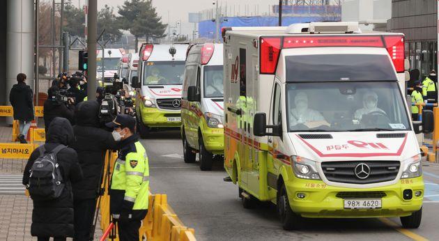 세계보건기구(WHO)가 신종 코로나 바이러스 감염증에 대해 '국제적 비상사태'를 선포한 가운데 1일 오전 서울 강서구 김포국제공항에 우한발 2차 전세기(KE9884)로 도착한 우리...