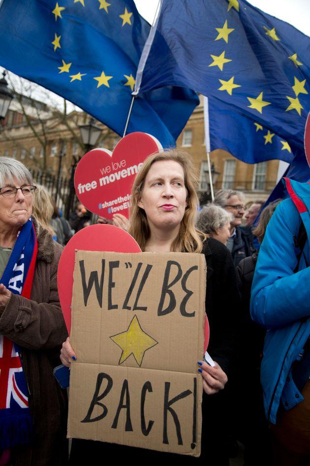 残留派は「必ず戻る」のプラカードを掲げてデモ