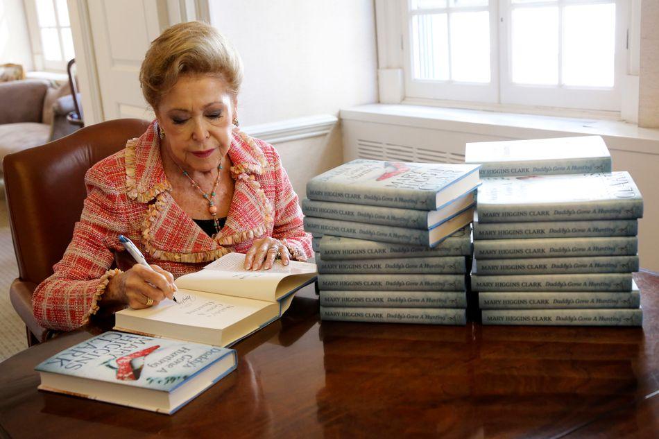 """L'écrivaine américaineMaryHigginsClark, """"reine du suspense"""" et l'une des écrivaines les plus vendues au monde, est morte à l'âge de 92 ans, a annoncé son éditeur, Simon and Schuster."""