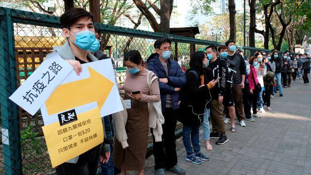 Des clients font la queue pour acheter des masques à Hong Kong le 1er février