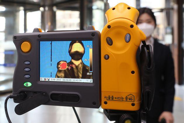 세계보건기구(WTO)가 신종 코로나 바이러스 감염증(우한폐렴)에 대해 '국제적 비상사태'를 선포한 31일 시민들이 서울 송파구 송파보건소 입구에 마련된 열화상 감지카메라를 지나고 있다.