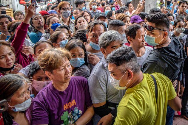 자료 사진: 1월 31일 필리핀 마닐라에서 마스크를 구매하려는 시민들이 약국 앞에 몰려와 서 있다. 필리핀 정부도 한국처럼 마스크 사재기를 단속