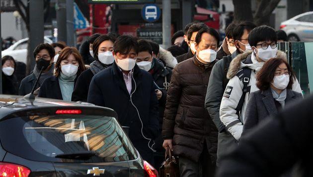 3일 오전 서울 세종대로 광화문광장 인근에서 시민들이 마스크를 쓰고 발걸음을 옮기고