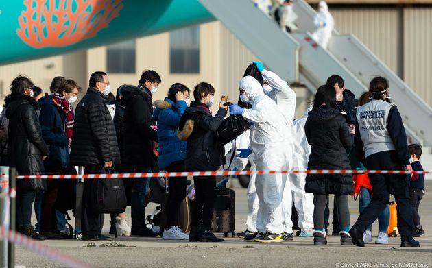 Une vingtaine de passagers du deuxième vol de rapatriement en provenance de Wuhan, ici photographiés...