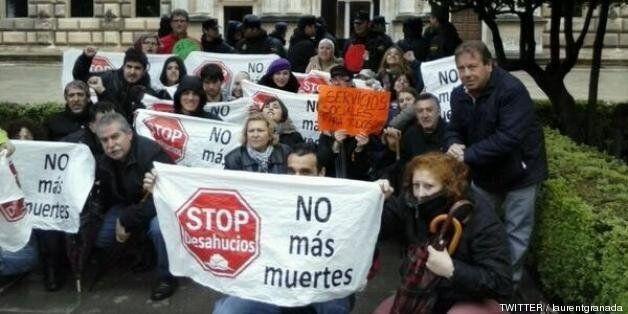 Una treintena de personas protestan frente al Palacio de Carlos V ante la llegada de