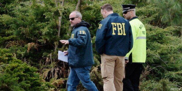 Agentes del FBI durante la persecución de los hermanos