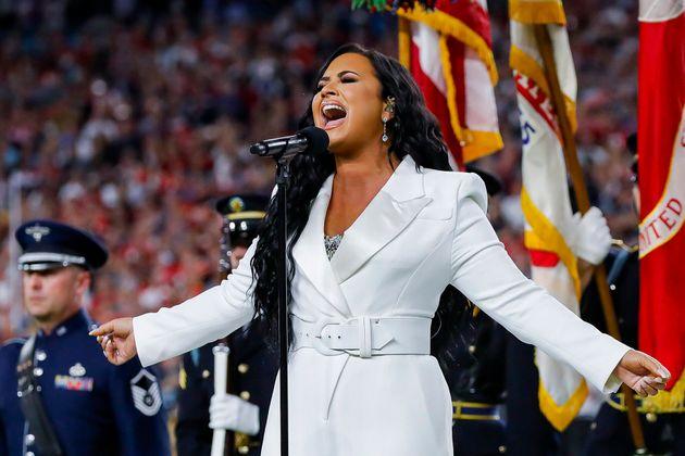圧巻の歌声で国歌を独唱するデミ・ロヴァートさん