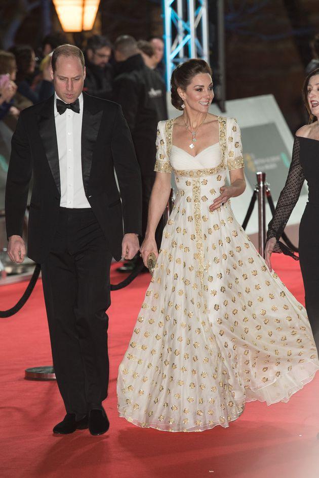 Kate Middleton porta l'eleganza regale ai Bafta con un abito bianco e oro