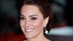 Impeccabile Kate: con un abito bianco e oro (riciclato) porta l'eleganza regale ai