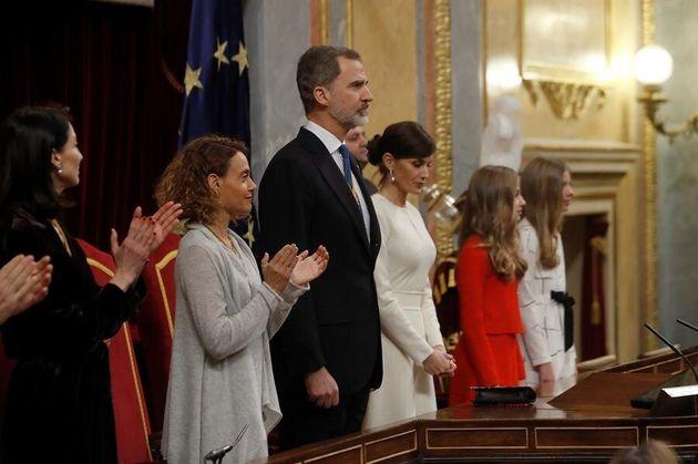 La presidenta del Congreso, Meritxell Batet (2i) y la presidenta del Senado, Pilar Llop (i) aplauden...