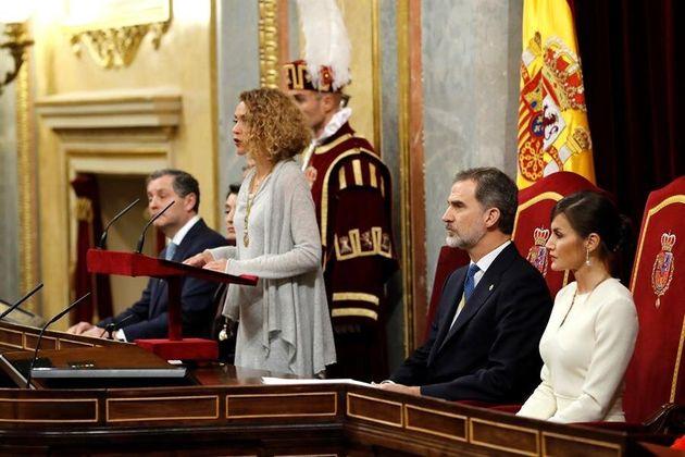 La presidenta del Congreso, Meritxell Batet (c) pronuncia el discurso inaugural de la legislatura junto...