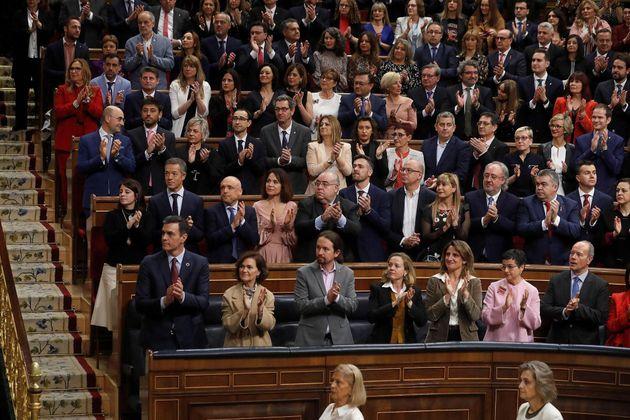 El presidente del Gobierno, Pedro Sánchez y los miembros de su Ejecutivo aplauden en el hemiciclo del