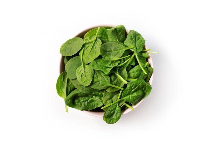 Les aliments considérés comme étant yin comprennent ceux avec des feuilles vertes sombres comme les épinards.