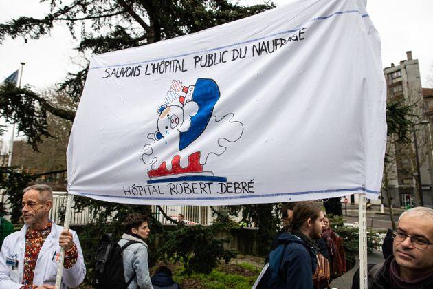 Des centaines de personnes, le 2 février 2020, devant l'hôpital Debré à