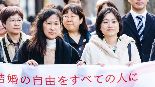 小野春さん(左)と西川さんは法的な結婚ができないため、子どもの共同親権がない