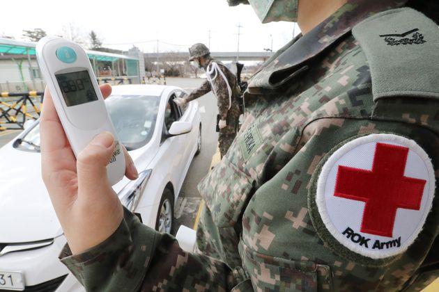 경기도 화성시 육군 제51보병사단에서 장병들이 신종 코로나바이러스 예방을 위해 부대 출입간 체온 측정을 하고 있다. 육군은 신종 코로나바이러스 감염증 확산 방지 및 군내 유입 차단을...