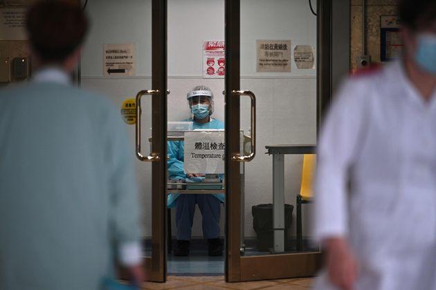 Περιοριστικά μέτρα και σε άλλες πόλεις της Κίνας - Στους 427 οι νεκροί από τον