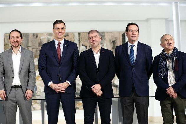 El presidente del Gobierno, Pedro Sánchez, y los agentes sociales tras la firma el pasado jueves del...